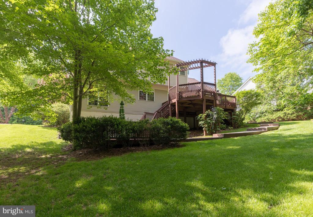 Plenty of shade for guests to enjoy - 32 MONUMENT DR, STAFFORD