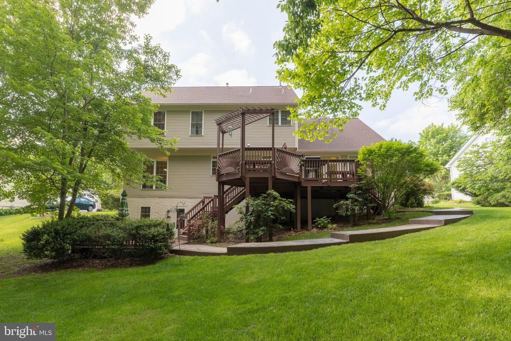 Oversized deck overlooks private backyard - 32 MONUMENT DR, STAFFORD