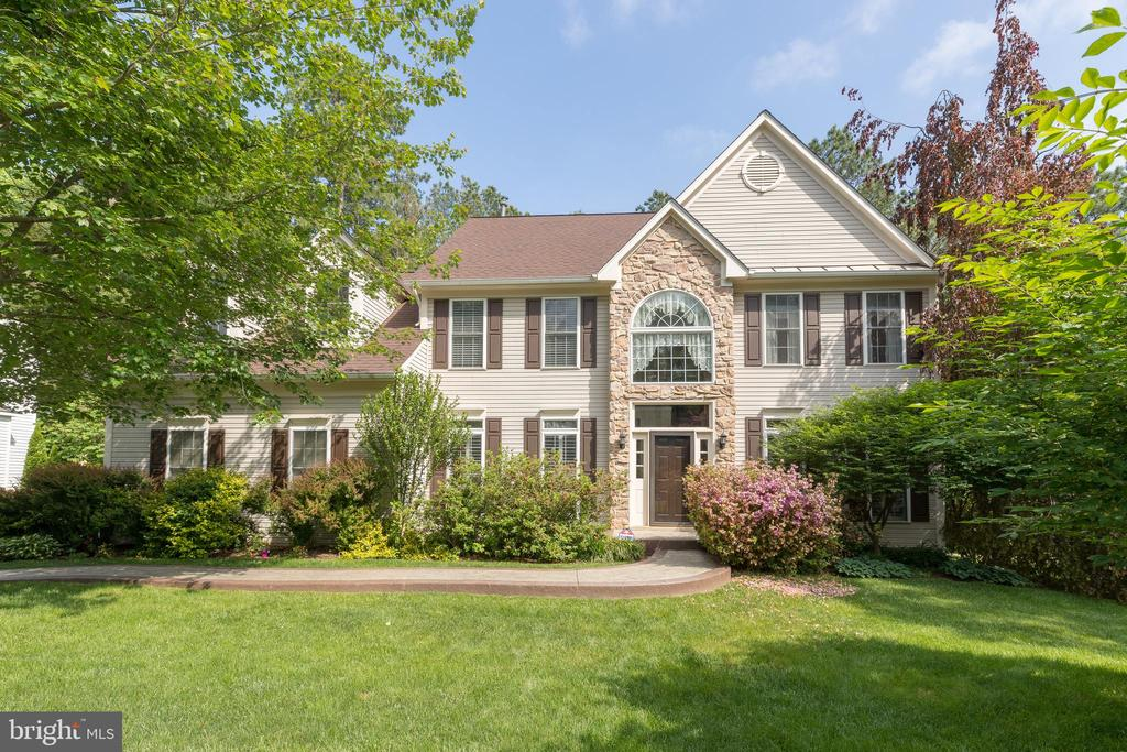 Eye-catching curb appeal all year long - 32 MONUMENT DR, STAFFORD