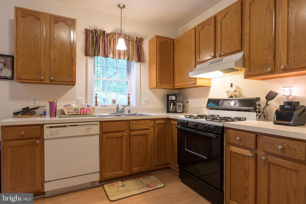 Kitchen with dishwasher, full-size refrigerator - 32 MONUMENT DR, STAFFORD
