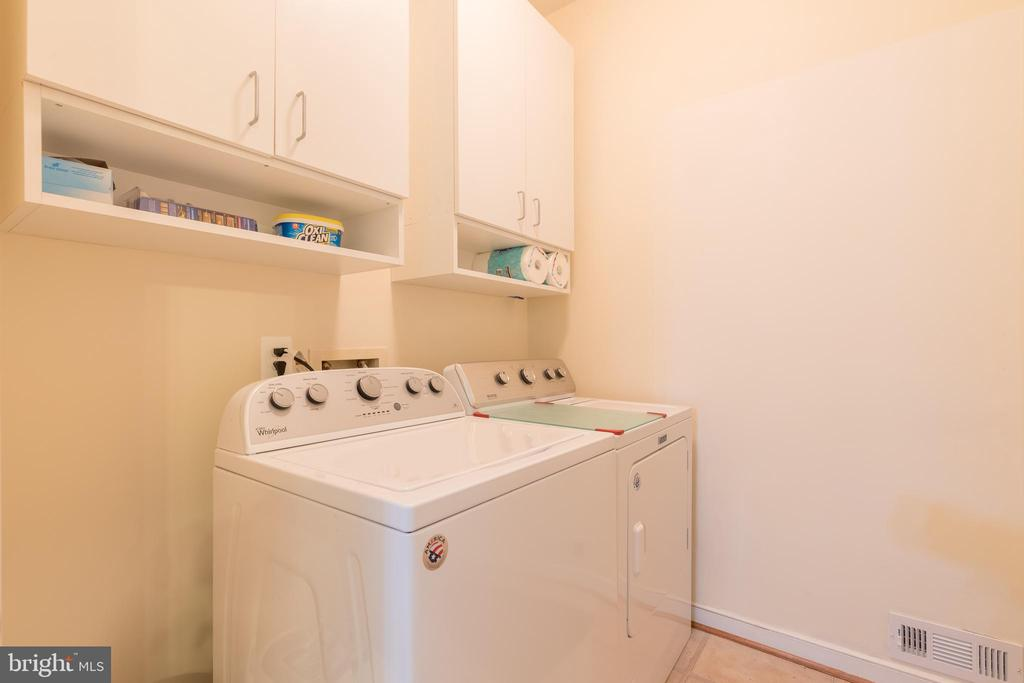 Convenient mudroom with laundry off garage - 32 MONUMENT DR, STAFFORD