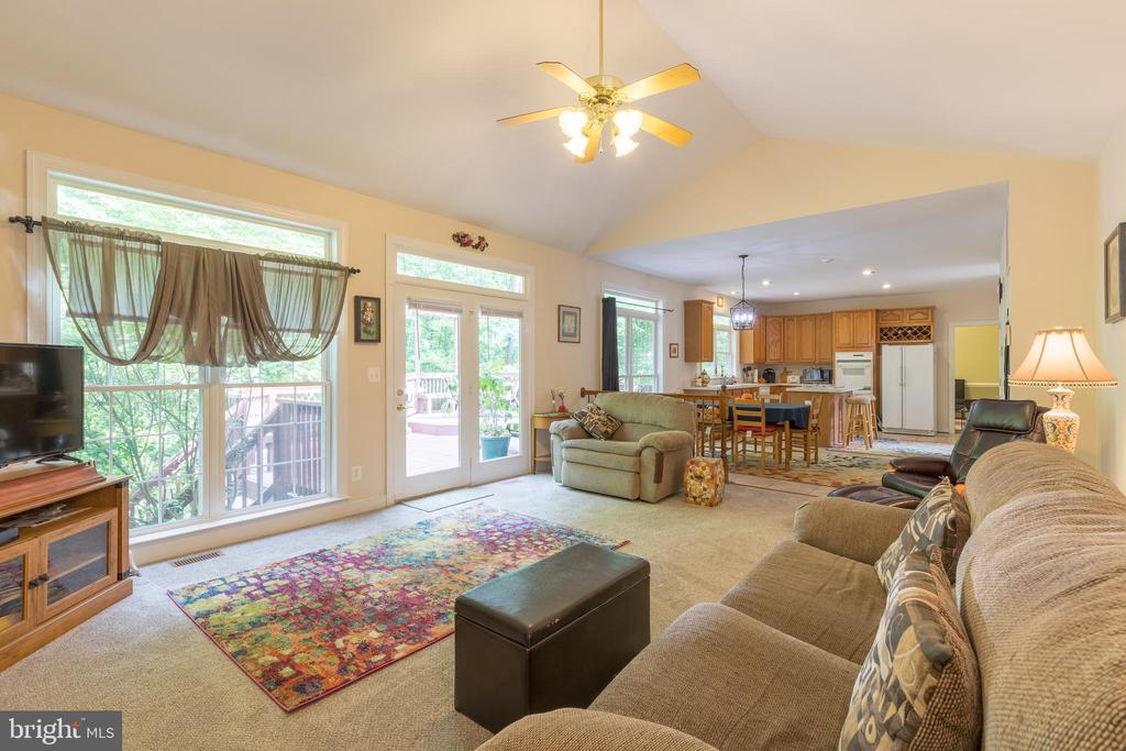 Bright and airy family room with elevated ceiling - 32 MONUMENT DR, STAFFORD