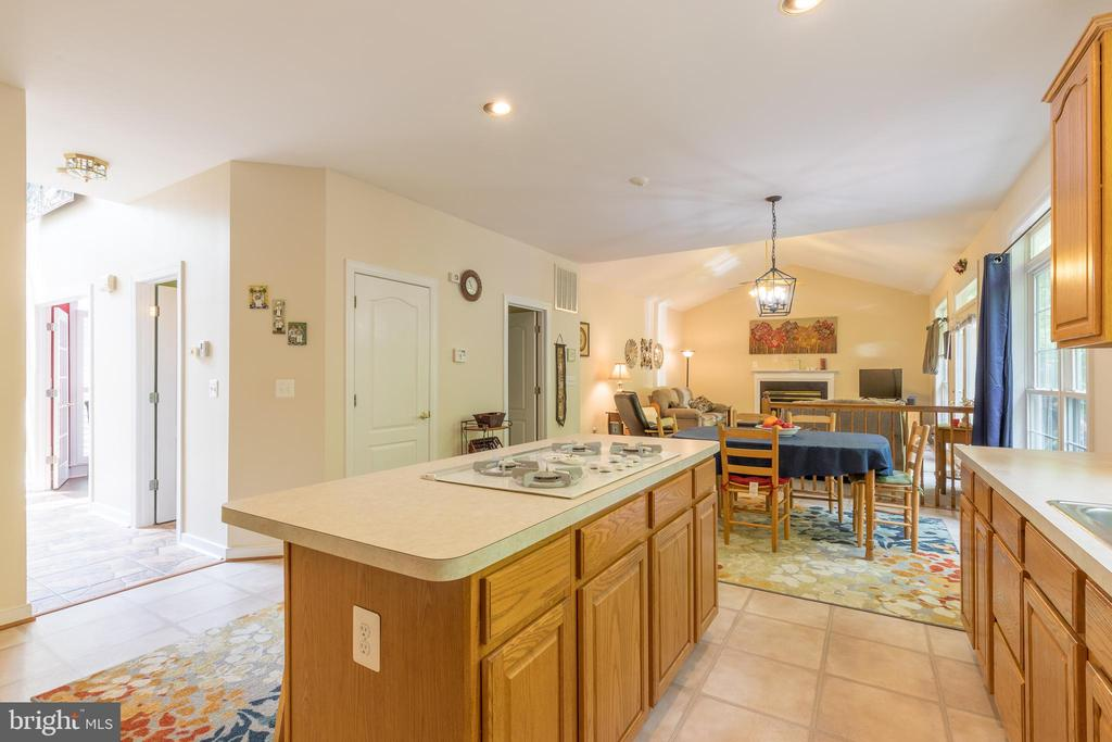 The cook is never far from family room gatherings - 32 MONUMENT DR, STAFFORD
