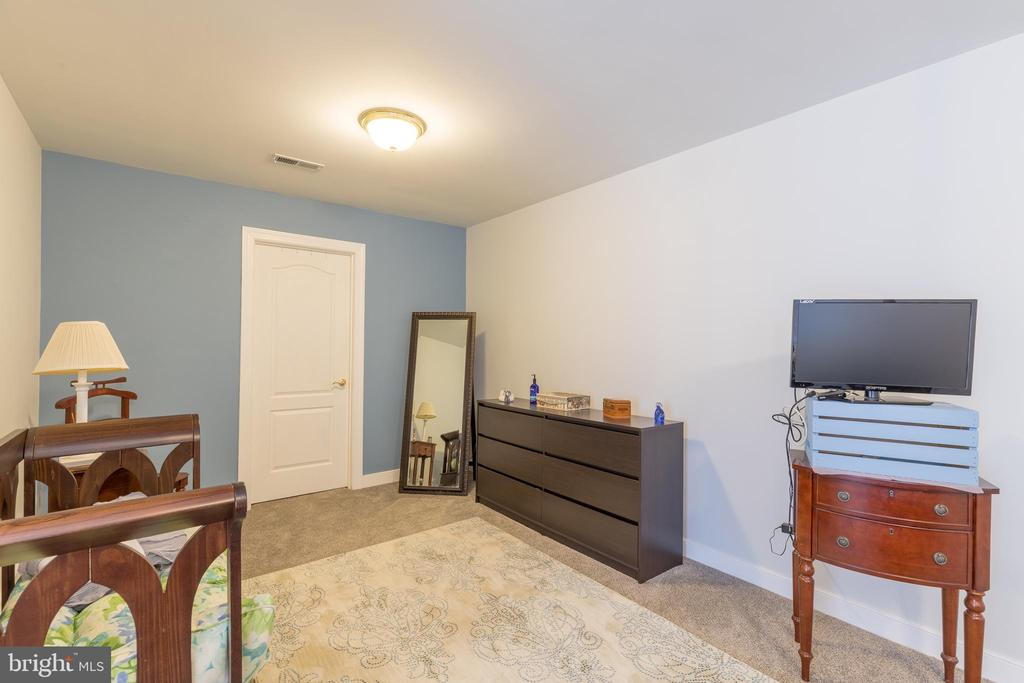 Sizeable sitting area leads to walk-in closet - 32 MONUMENT DR, STAFFORD
