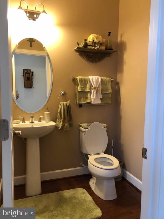 Half bath on main level - 1703 GRANVILLE CT, WOODBRIDGE