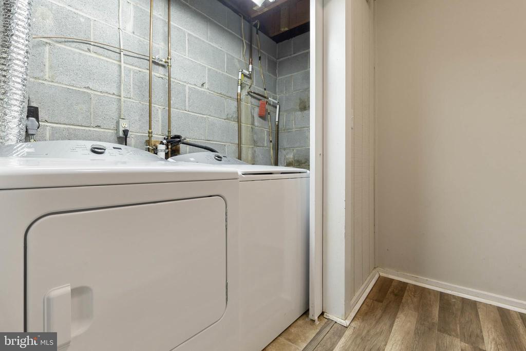 Washer/Dryer On Lower Level! - 135 JOSHUA RD, STAFFORD