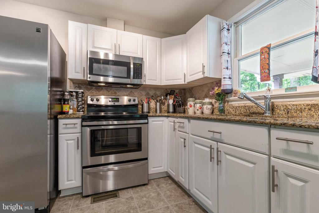 Stainless Steel Appliances And Granite Counter Top - 135 JOSHUA RD, STAFFORD
