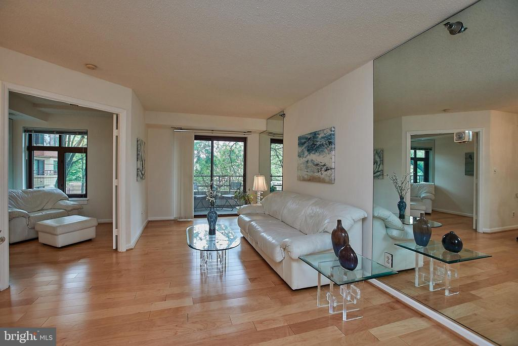 Did you see these beautiful wood floors?!? - 2400 CLARENDON BLVD #203, ARLINGTON