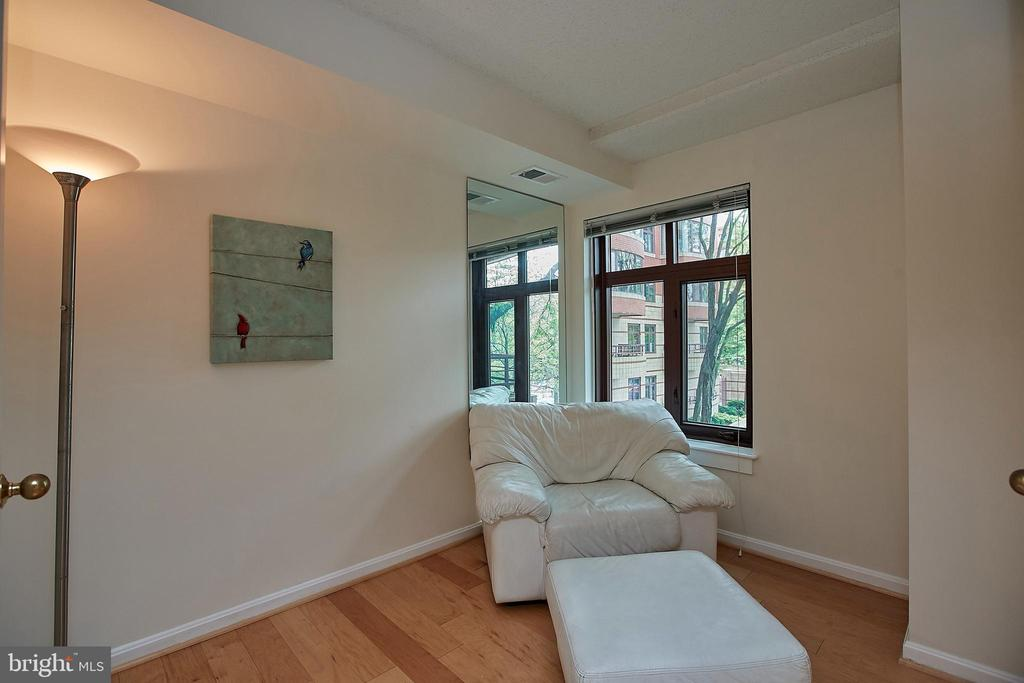Den, can be flex space for relaxing, office, more - 2400 CLARENDON BLVD #203, ARLINGTON