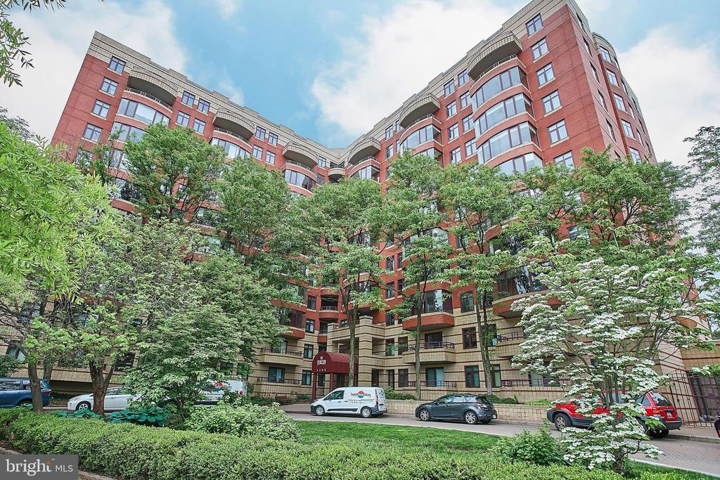 THE CHARLESTON!! CALL IT HOME! - 2400 CLARENDON BLVD #203, ARLINGTON