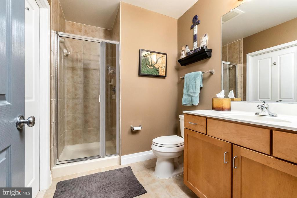2nd Full Bathroom - 1205 N GARFIELD ST #304, ARLINGTON