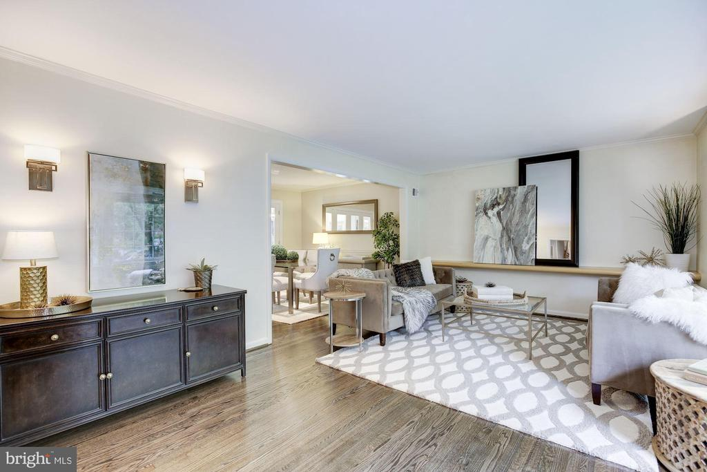 Move in ready with dark-stained hardwood floors - 5508 DEVON RD, BETHESDA