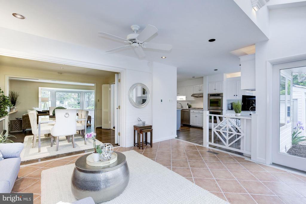 Kitchen / dining opens to sunroom - 5508 DEVON RD, BETHESDA