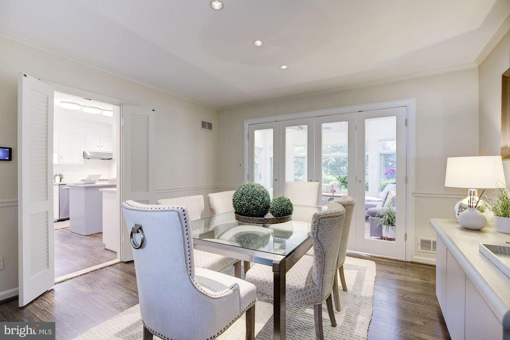 Dining room may close off with custom glass doors - 5508 DEVON RD, BETHESDA