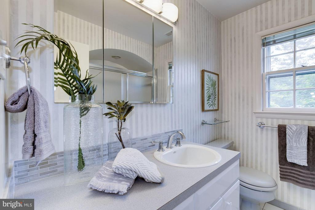 Shared full bath with glass doored tub (not shown) - 5508 DEVON RD, BETHESDA