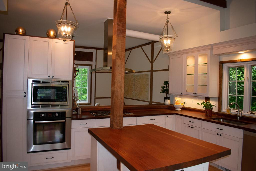 bright kitchen with eat in area and island - 37354 JOHN MOSBY HWY, MIDDLEBURG