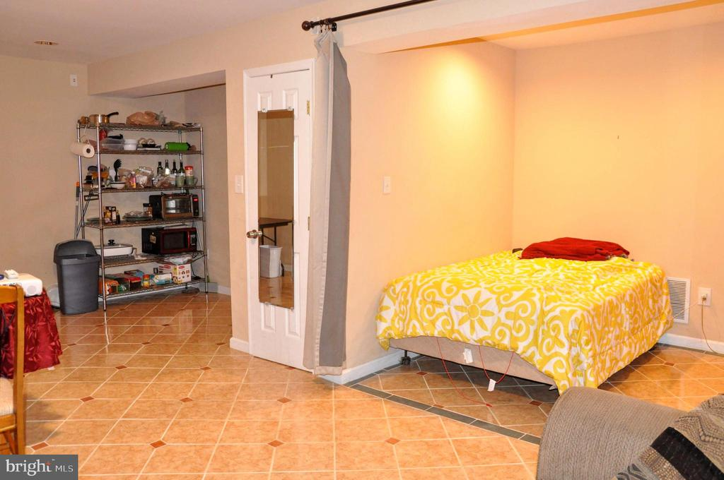 L/L FAMILY ROOM / 4TH BEDROOM AND CLOSET - 9770 MAIN ST, FAIRFAX