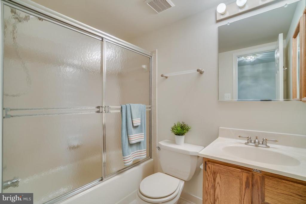 Full Upstairs Hall Bath with Tile Floor - 12090 WINONA DR, WOODBRIDGE