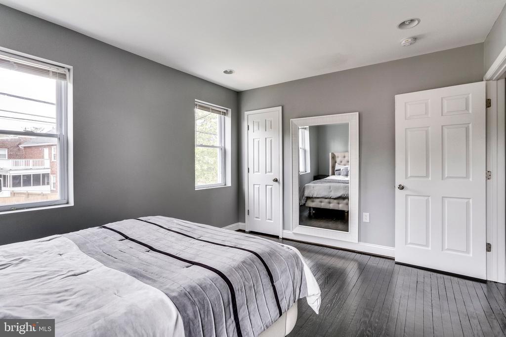 Owner's suite full of natural light - 4704 BROOKS ST NE, WASHINGTON