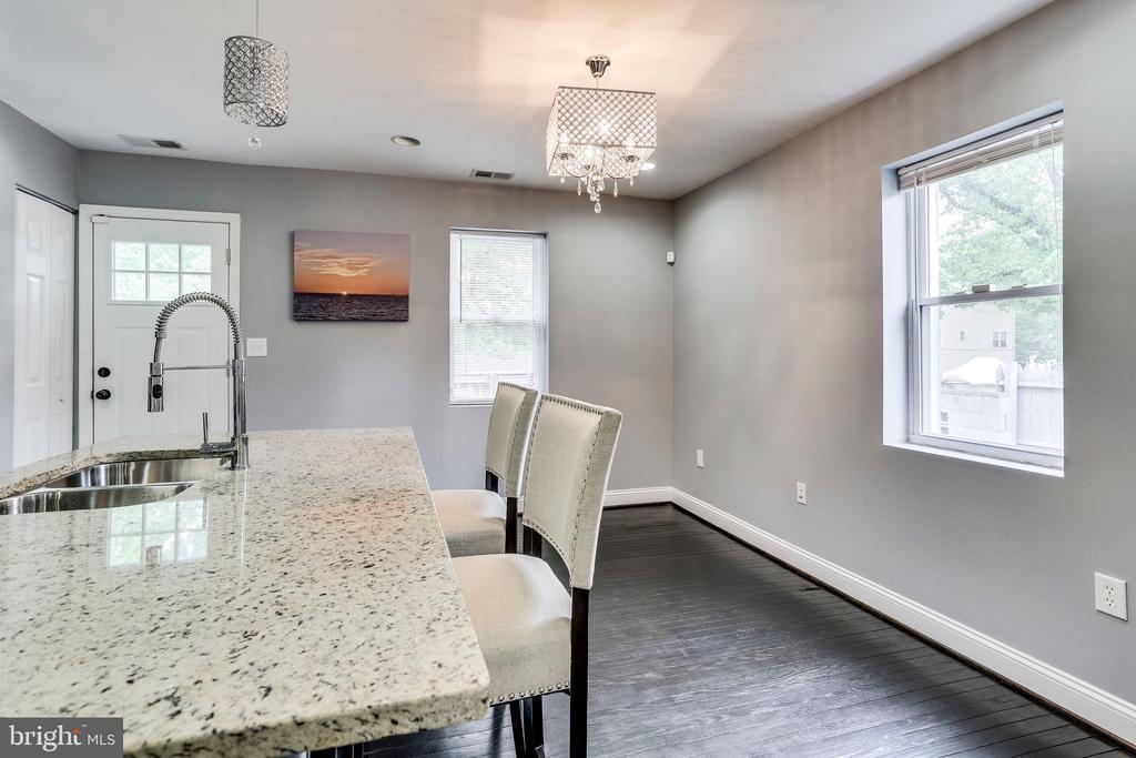 Granite top Breakfast island - 4704 BROOKS ST NE, WASHINGTON