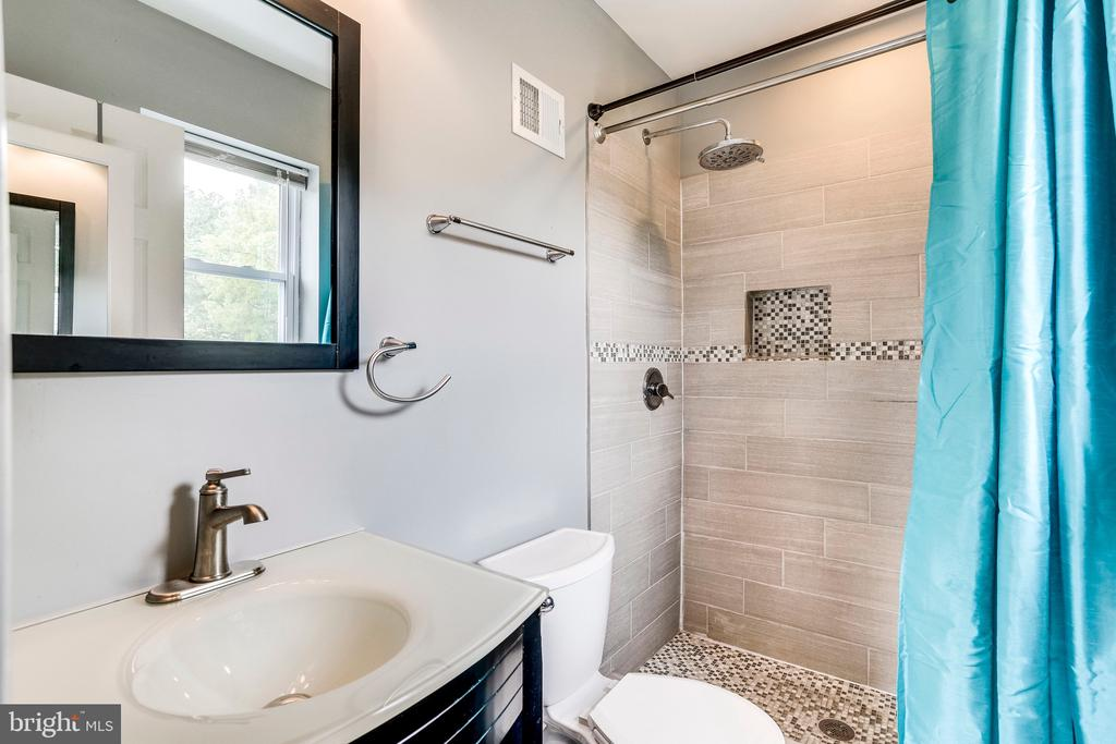 En suite full bath renovated in 2015 - 4704 BROOKS ST NE, WASHINGTON