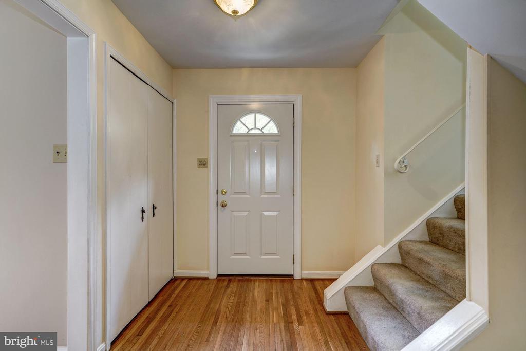 Foyer/Stairway to Upper Level 1 - 8623 APPLETON CT, ANNANDALE