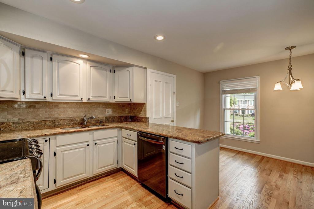 Kitchen / Breakfast Area - 8623 APPLETON CT, ANNANDALE
