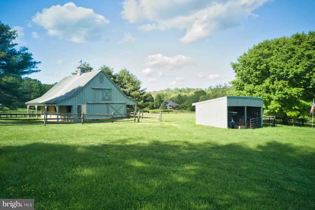 Barn offers side run-in area too - 23009 COBB HOUSE RD, MIDDLEBURG