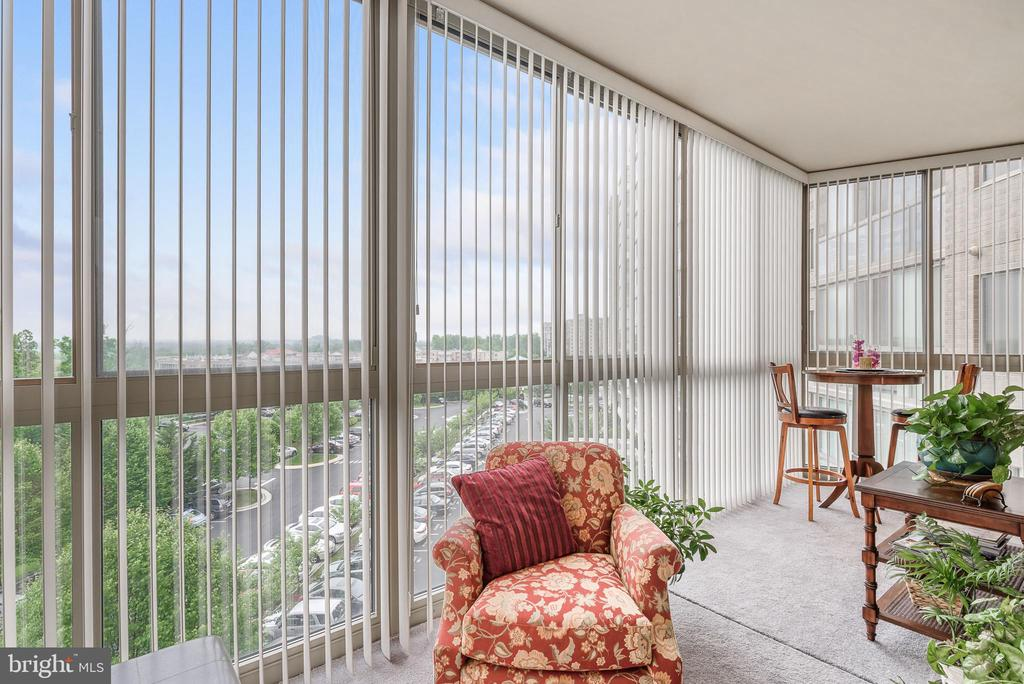 Plenty of room for dining and relaxing on sunroom - 19355 CYPRESS RIDGE TER #416, LEESBURG
