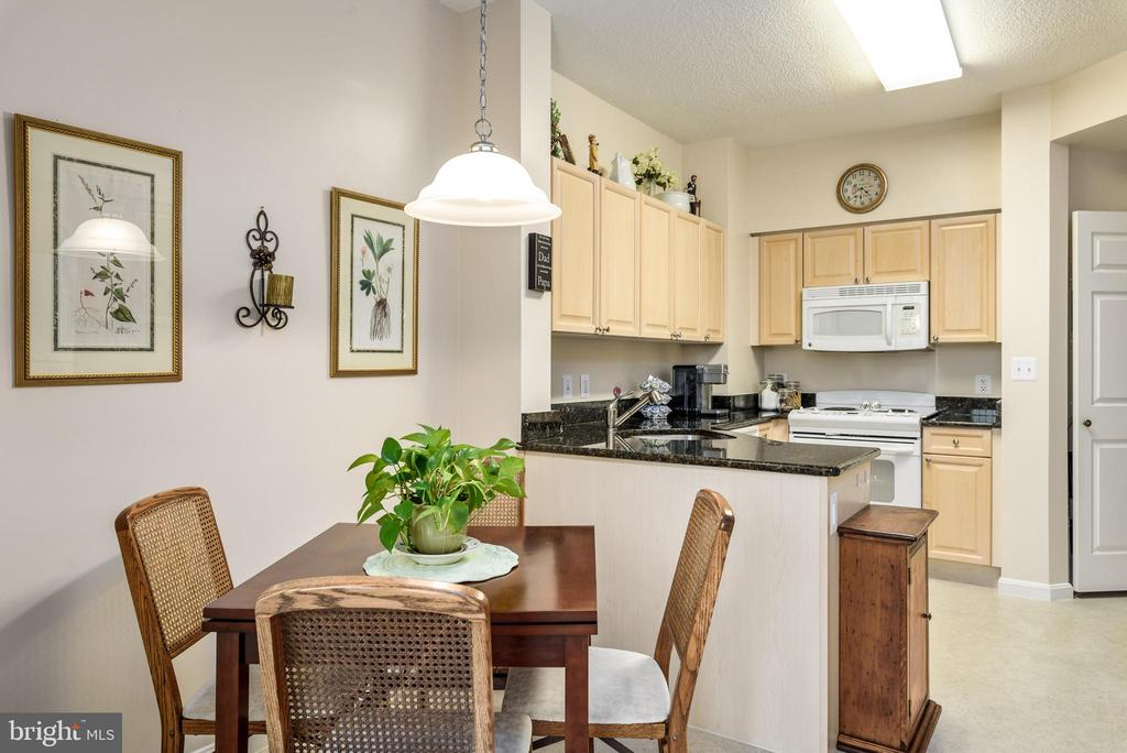 Eat-in kitchen - 19355 CYPRESS RIDGE TER #416, LEESBURG