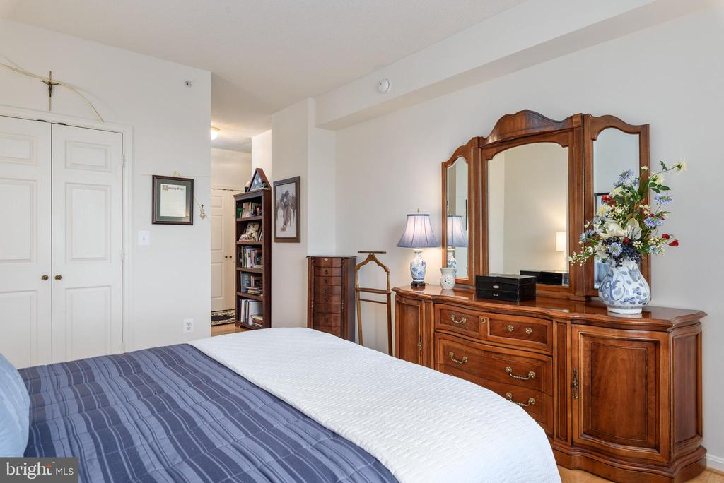 Master bedroom with 2 walk -in closets - 19355 CYPRESS RIDGE TER #416, LEESBURG