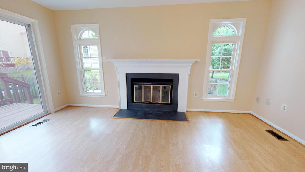 Fresh paint/ wood burning fireplace in living room - 20 MCPHERSON CIR, STERLING