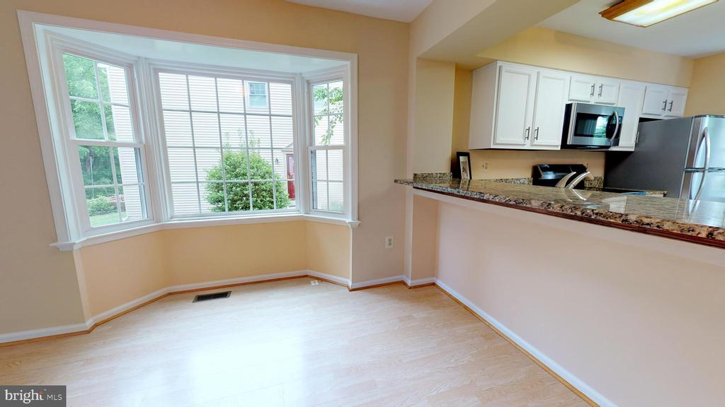 Added casual dining with kitchen breakfast bar. - 20 MCPHERSON CIR, STERLING