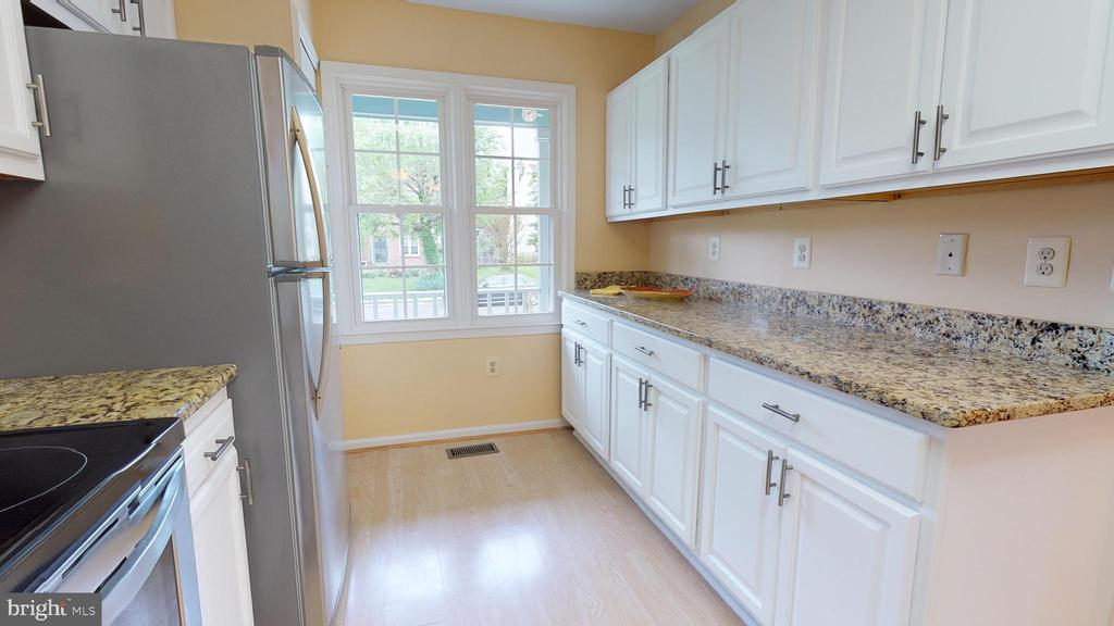 Don't miss the pantry! - 20 MCPHERSON CIR, STERLING