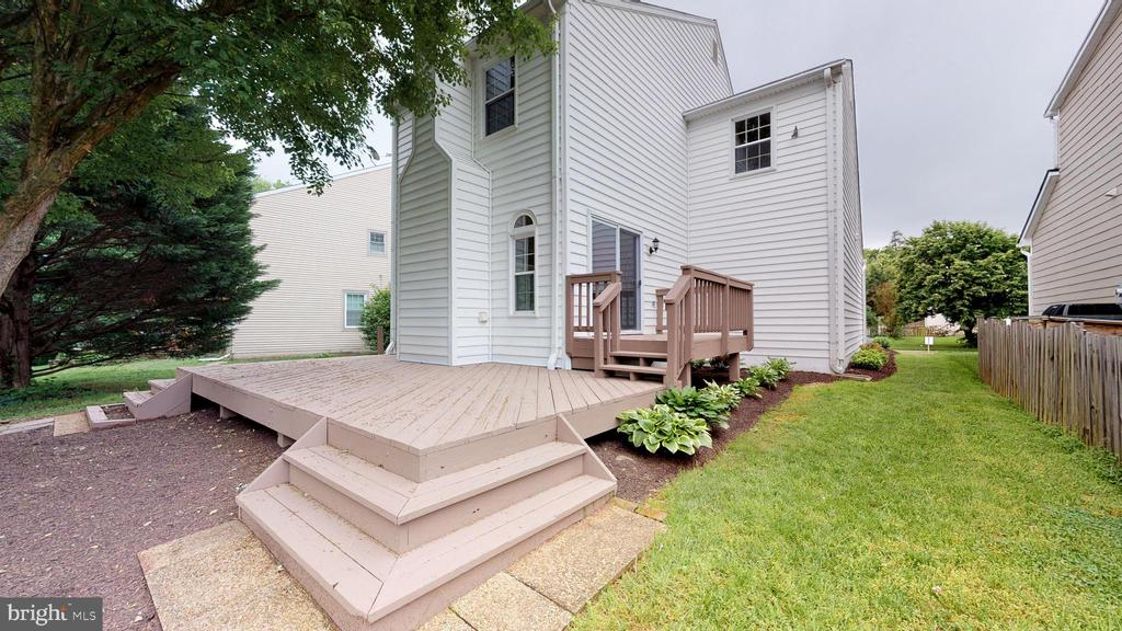 Private deck and rear yard view - 20 MCPHERSON CIR, STERLING
