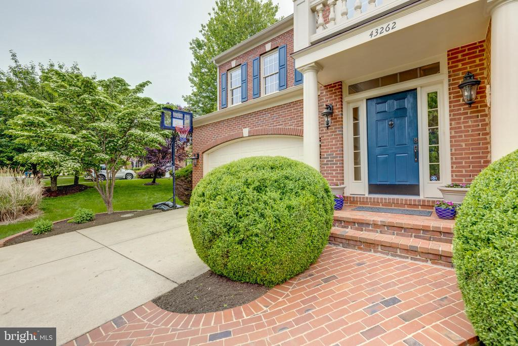 Beautiful paved walk and entry - 43262 TISBURY CT, CHANTILLY