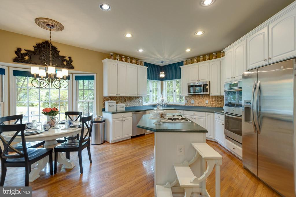 Spacious kitchen with breakfast nook - 43262 TISBURY CT, CHANTILLY