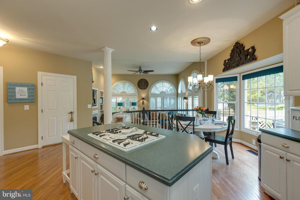 Oversized island with cooktop - 43262 TISBURY CT, CHANTILLY