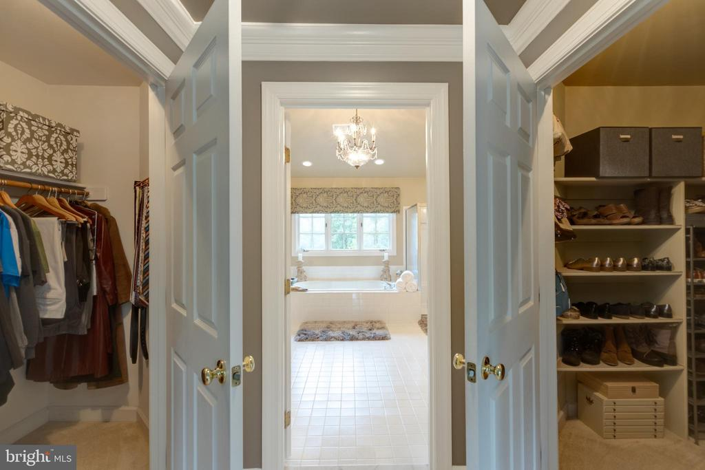 Massive walk in closet - 43262 TISBURY CT, CHANTILLY