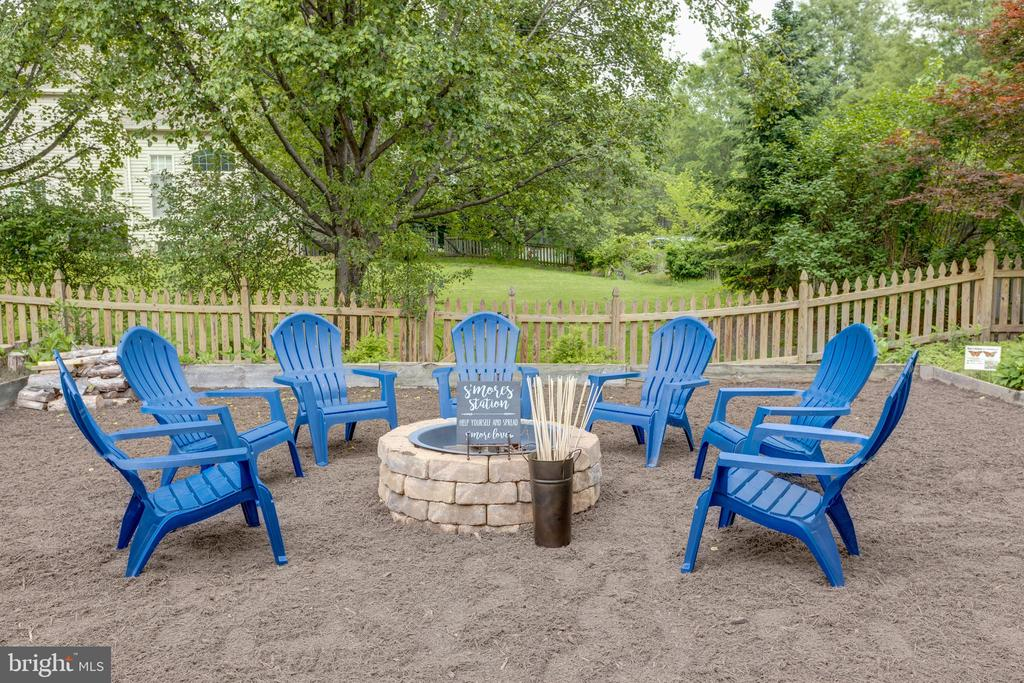 Stone fire pit - 43262 TISBURY CT, CHANTILLY