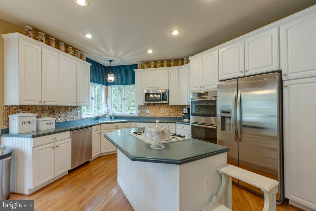 Large island and ample cabinet space - 43262 TISBURY CT, CHANTILLY