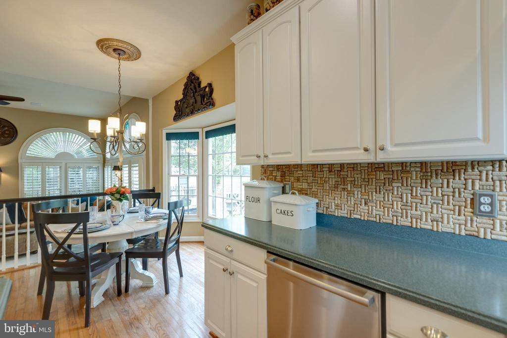 Eat-in nook opens to family room - 43262 TISBURY CT, CHANTILLY