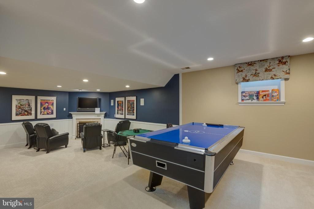 Game room, entertainment space, gas fireplace - 43262 TISBURY CT, CHANTILLY