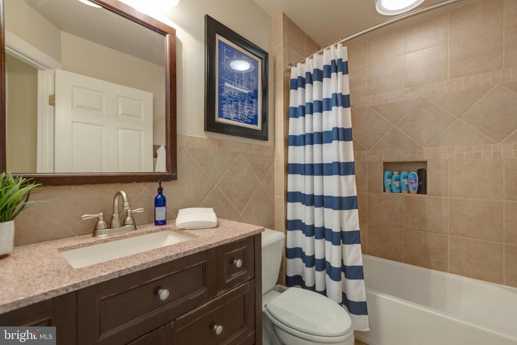 Large full bath - 43262 TISBURY CT, CHANTILLY