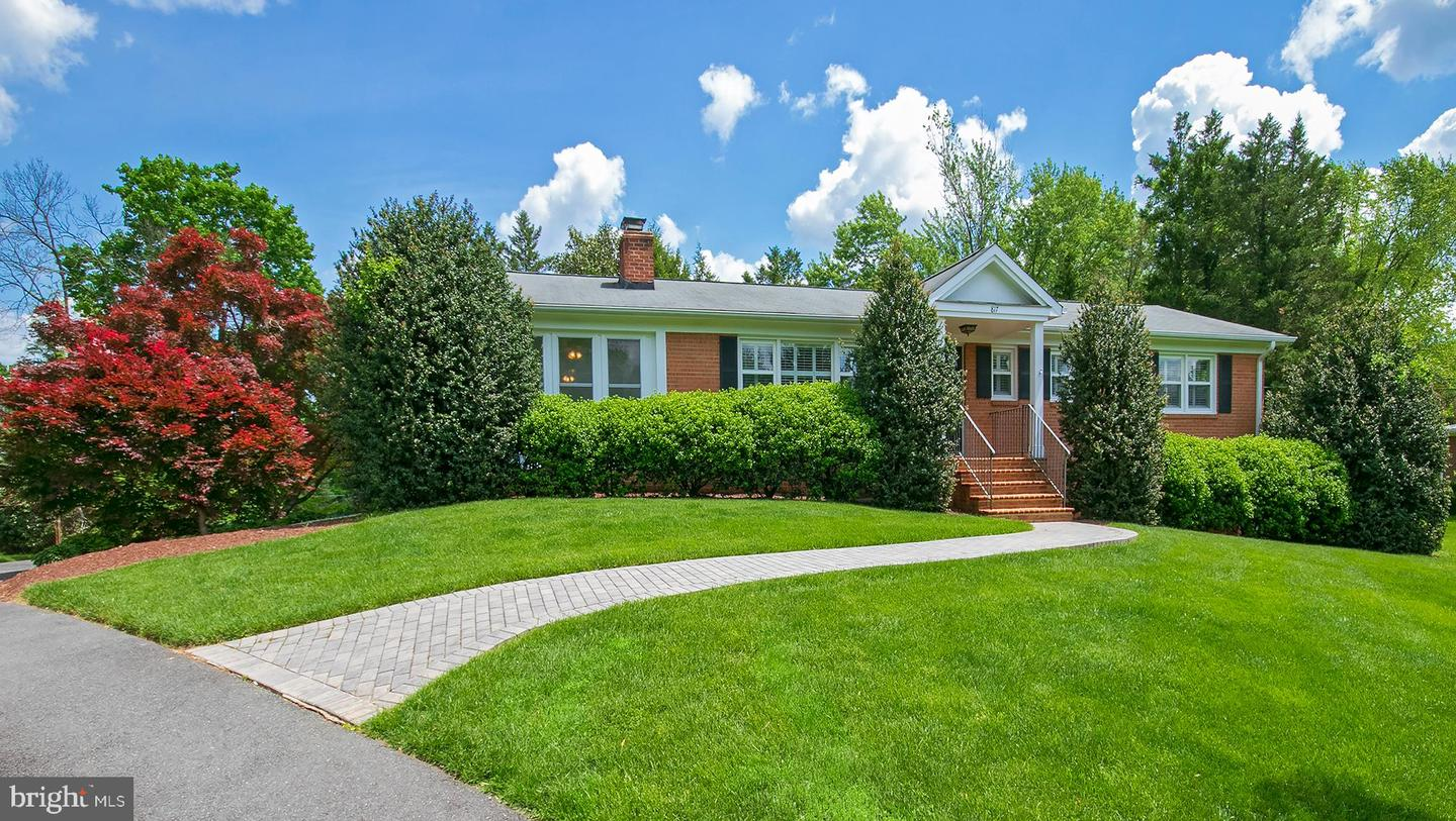 Single Family for Sale at 817 Golden Arrow St Great Falls, Virginia 22066 United States