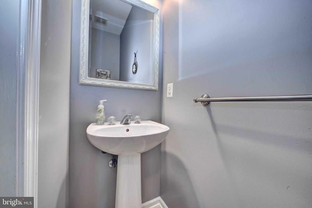 Convenient half bathroom - 20305 MEDALIST DR, ASHBURN