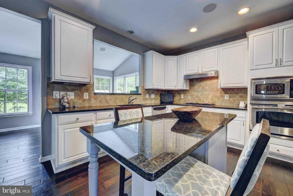 Gourmet  granite Kitchen with breakfast bar - 20305 MEDALIST DR, ASHBURN