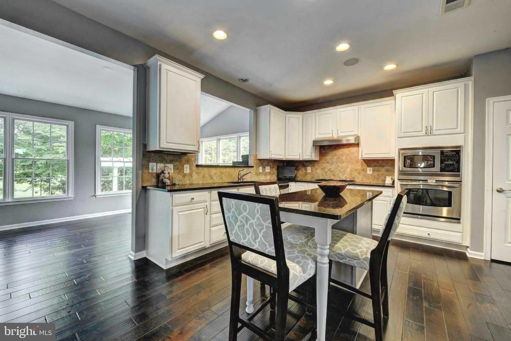 Gourmet granite Kitchen with breakfast island - 20305 MEDALIST DR, ASHBURN