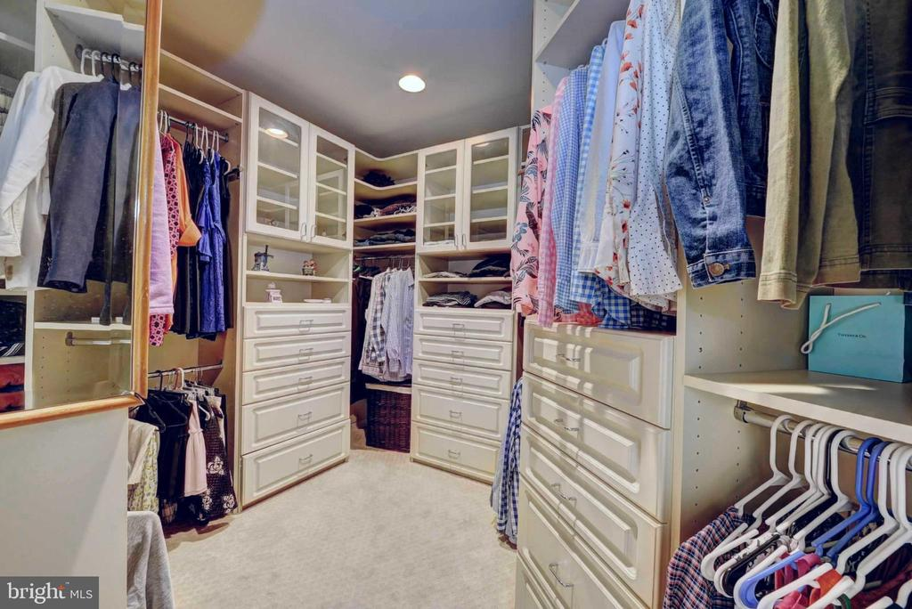 Custom closets in bedrooms - 20305 MEDALIST DR, ASHBURN
