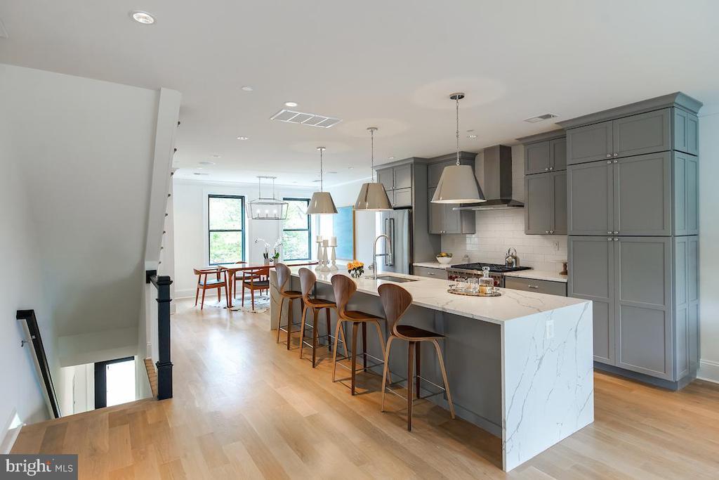 HUGE kitchen island perfect for entertaining - 715 K ST NE #2, WASHINGTON